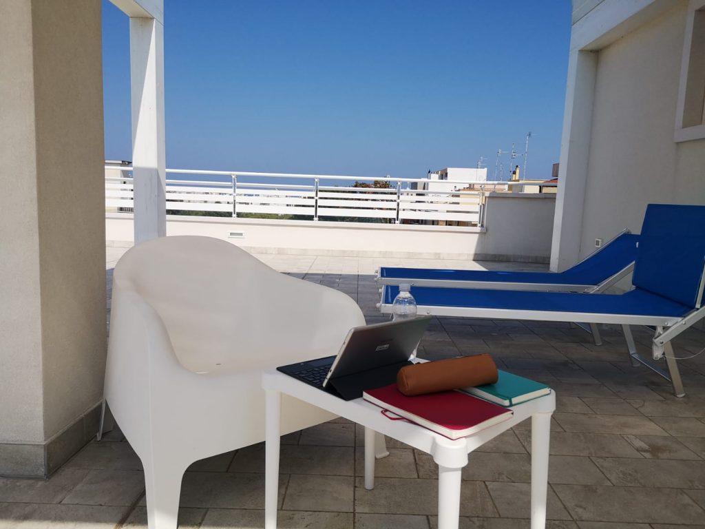 Terrasse der Ferienwohnung mit zwei Liegen und einer Sitzgruppe