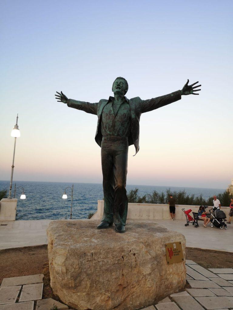Bronze-Statue von Domenico Modugno in Polignano a Mare