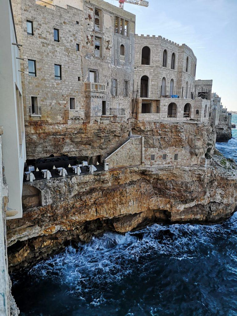 "Blick auf das Restaurant ""Grotta Palazzese"" im Fels in Polignano a Mare"