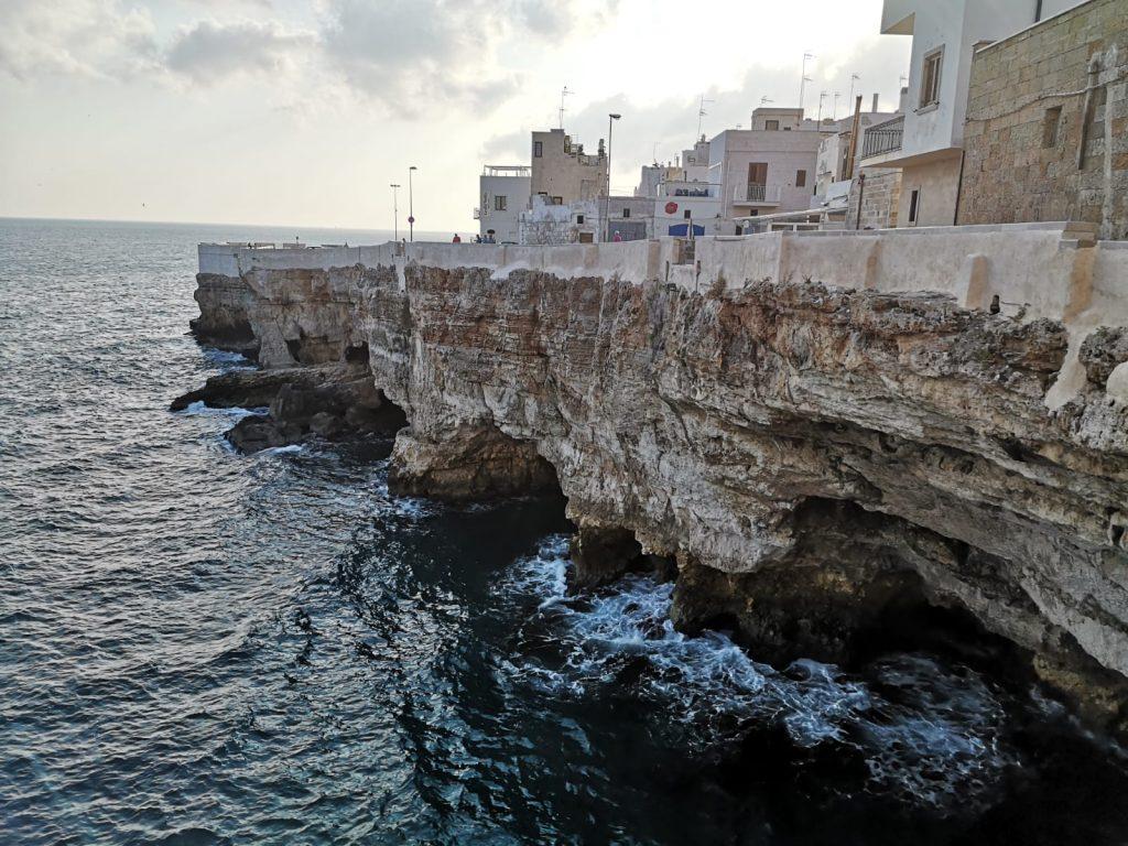 Blick auf die Grotten unter der Stadt Polignano a Mare