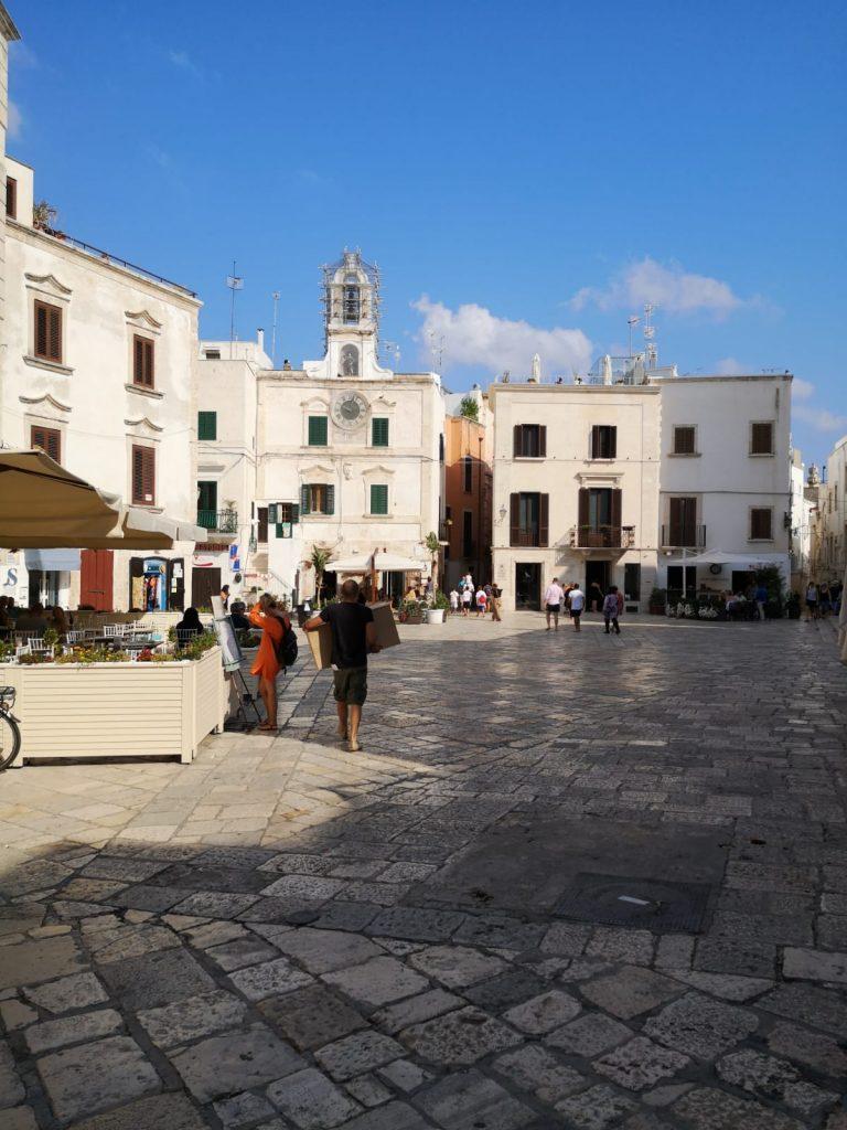 Platz in der Altstadt mit dem Uhrenturm