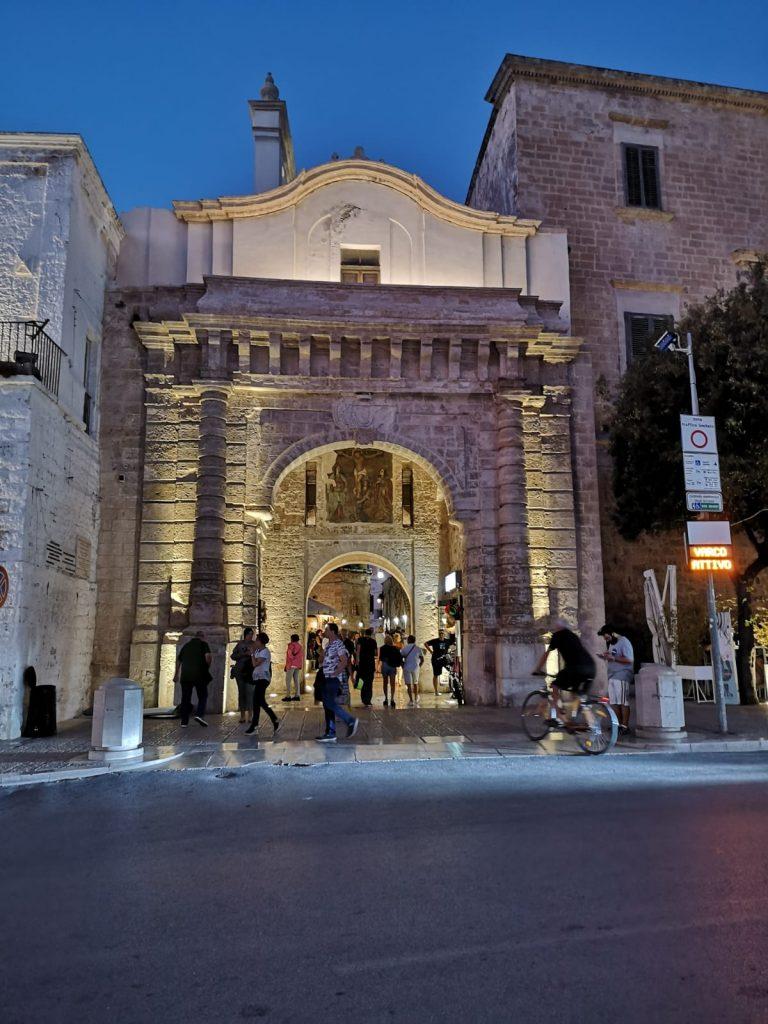 Am Abend beleuchtetes Stadttor von Polignano a Mare